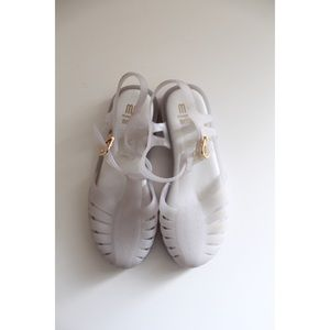 • MEL BY MELISSA GIRLS WHITE SANDALS SZ 2 •